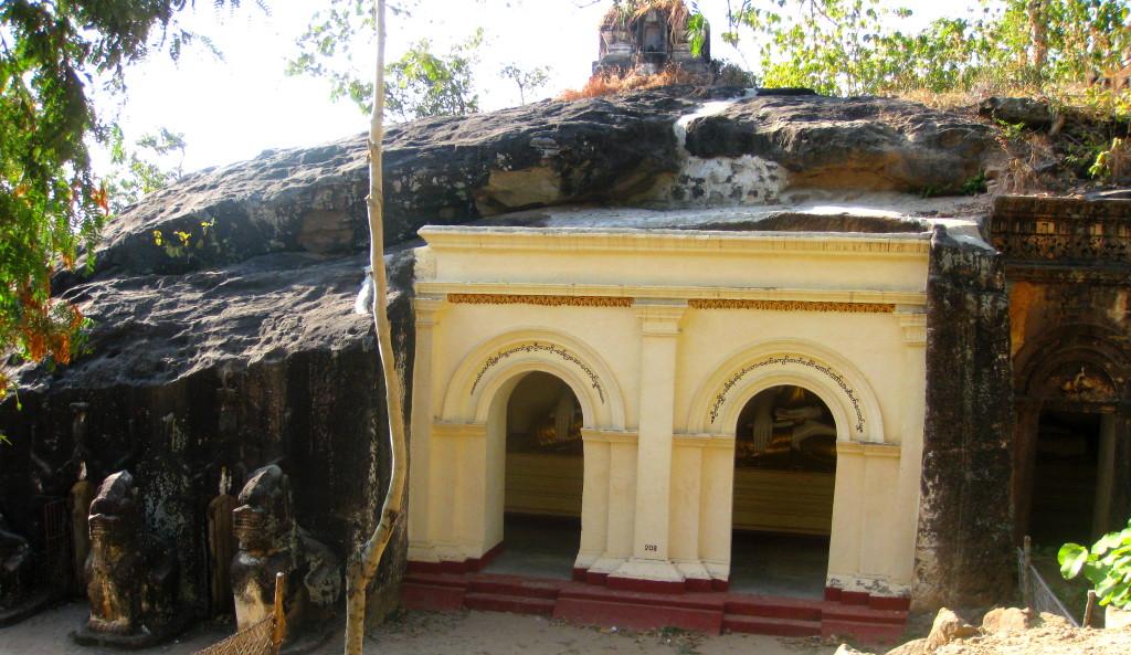 Monywa4 reclining buddha in cave